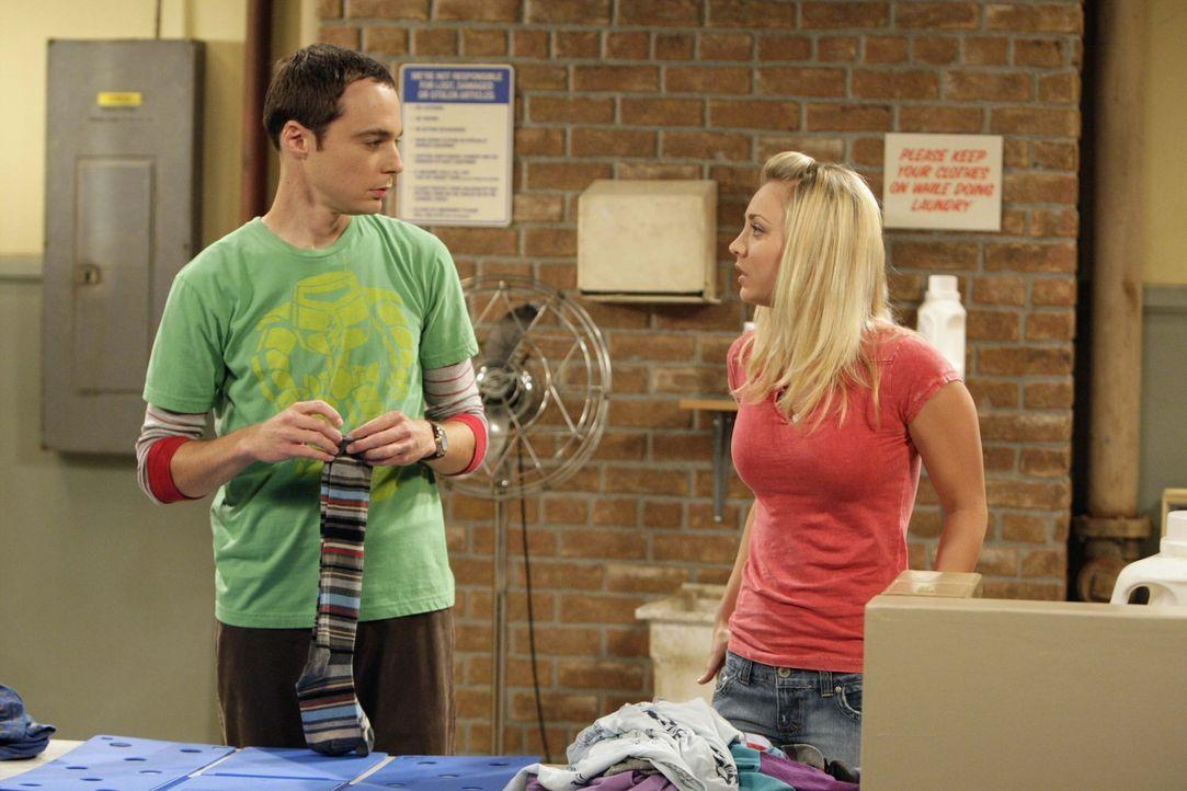 Penny (Kaley Cuoco, r.) vertraut Sheldon an, dass sie keinen College-Abschluss hat, Sheldon (Jim Parsons, l.) kommt damit nicht klar, dieses Geheimn... - Bildquelle: Warner Bros. Television