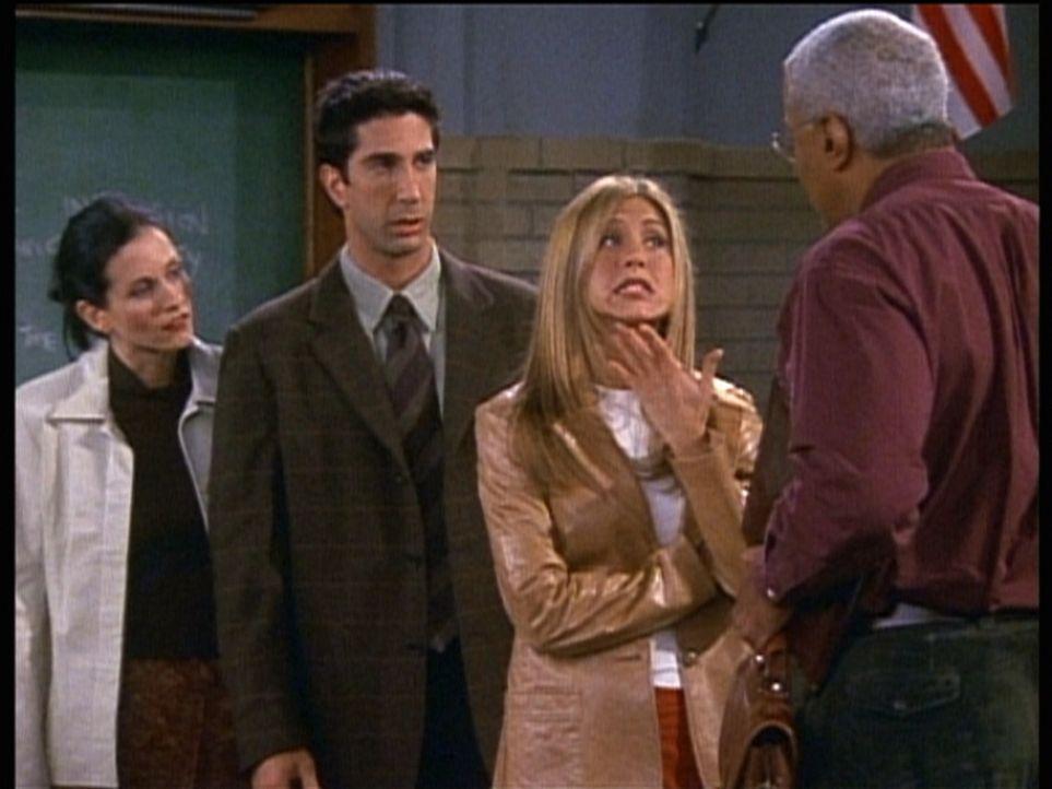Ross (David Schwimmer, 2.v.l.) und seine Noch-Ehefrau Rachel (Jennifer Aniston, 2.v.r.) lernen den Chef der Universität kennen, an der Ross einen V... - Bildquelle: TM+  2000 WARNER BROS.