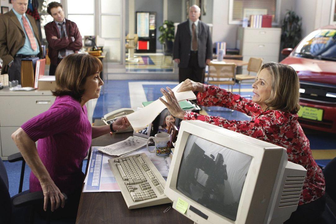 Die Motivationsberaterin Abby (Amy Sedaris, r.) mischt sich ganz schön in den Job von Frankie (Patricia Heaton, l.) ein. Das kann nicht gut enden ... - Bildquelle: Warner Brothers