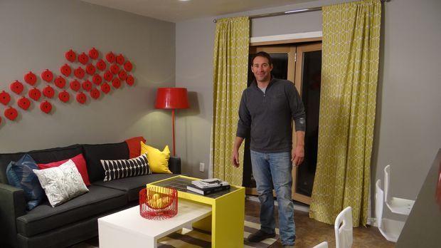 Überrascht verzweifelte Handwerker mit einem komplett renovierten Raum: Josh...