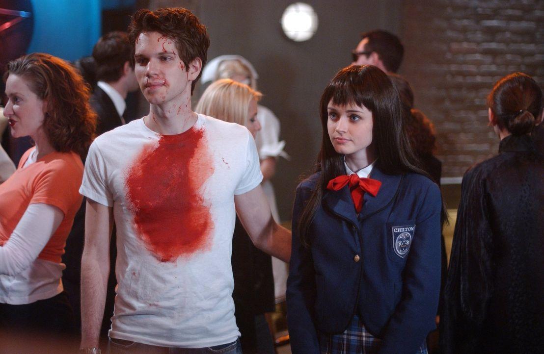 Obwohl Logan nur eine offene Beziehung mit Rory (Alexis Bledel, r.) möchte, missfällt es ihm ganz schön, dass diese auf einer Kostümparty mit seinem... - Bildquelle: 2004 Warner Bros.