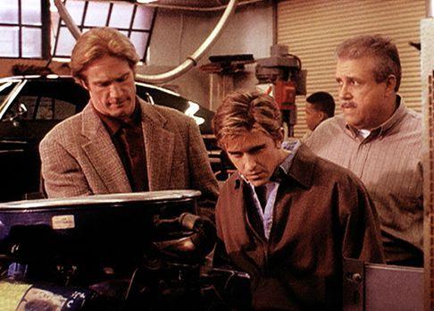 Diagnose: Mord - Der Ausbilder Rose (Vic Polizos, r.) zeigt Steve (Barry Van...