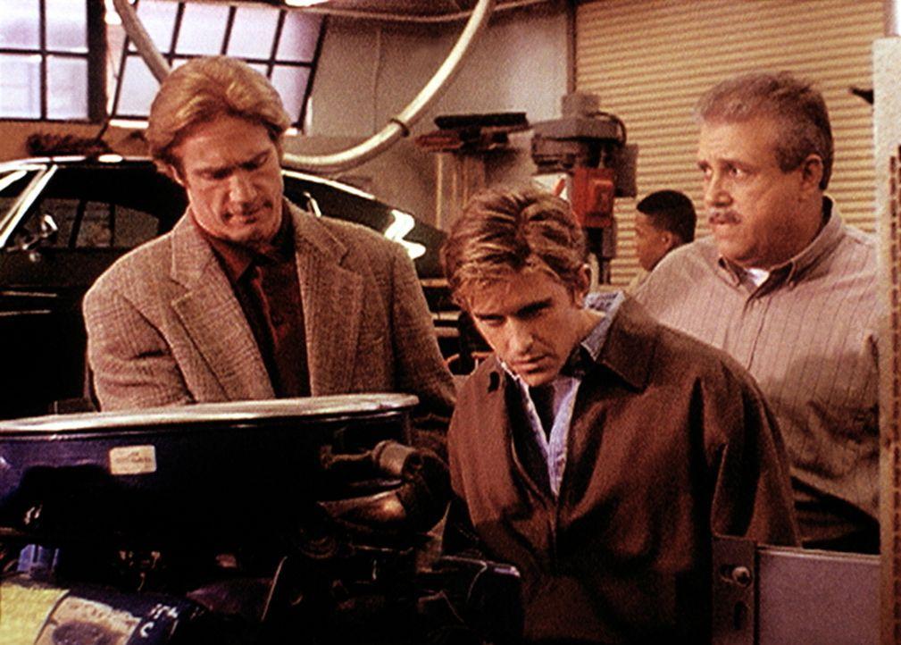 Der Ausbilder Rose (Vic Polizos, r.) zeigt Steve (Barry Van Dyke, M.) und Jesse (Charlie Schlatter, l.) einen Motor, der von einem Lehrling, der des... - Bildquelle: Viacom