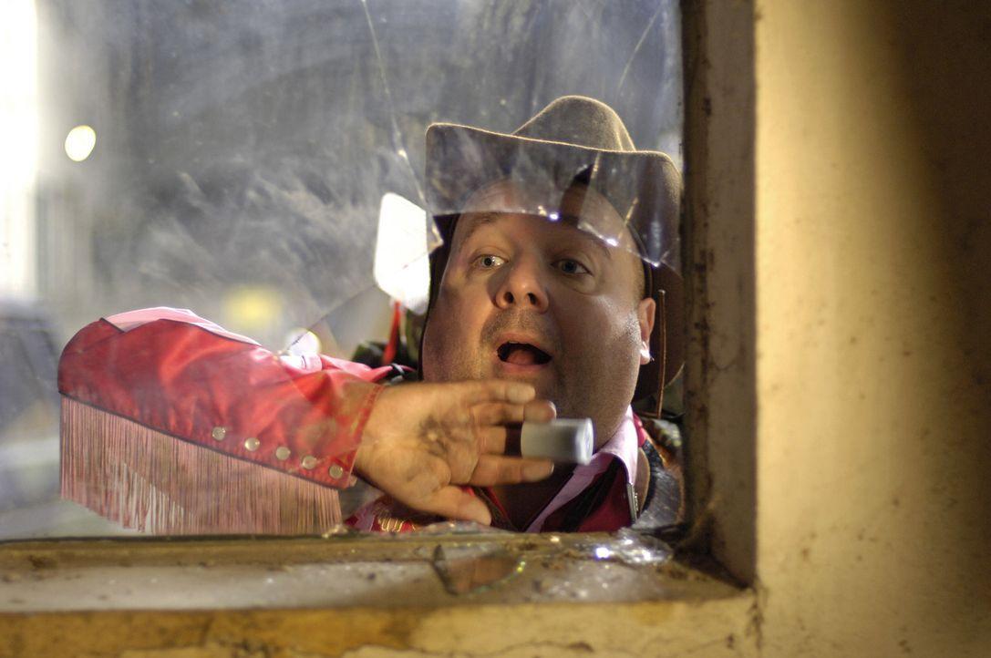 Bützje (Dirk Bach), quasselnder Meter und nervender Reporter, hofft, den Fotoapparat immer auf Anschlag, auf die Geschichte seines Lebens ... - Bildquelle: Laurent Trümper ProSieben