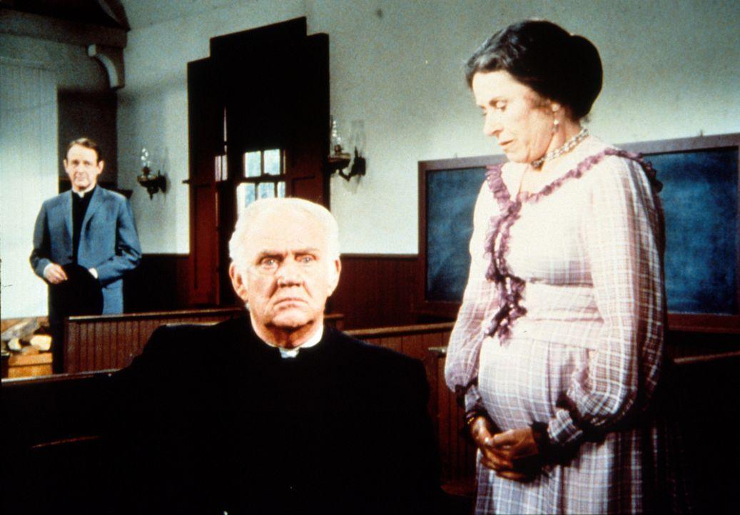Mrs. Oleson (Katherine MacGregor, l.) gesteht Reverend Alden (Dabbs Greer, M.), dass sie seinen Vorgesetzten, Dekan Dean Harmon (William Shallert, h... - Bildquelle: Worldvision