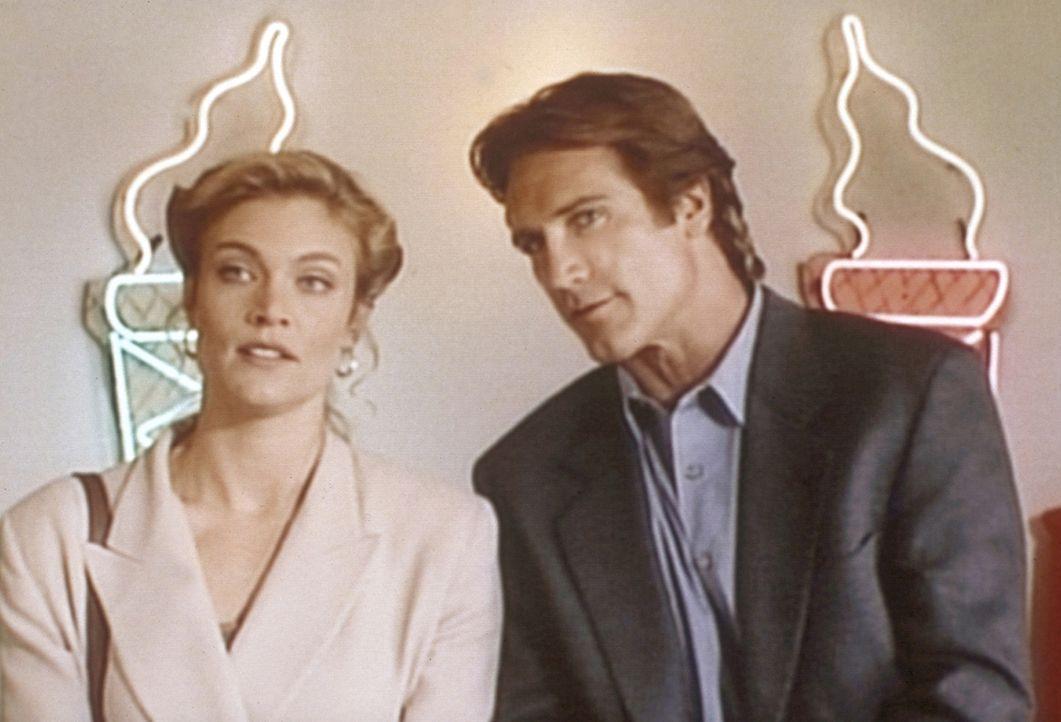 Steve (Barry Van Dyke, r.) unterhält sich mit Samantha (Glynis Barber, l.), der Erbin der Eisfirma. - Bildquelle: Viacom