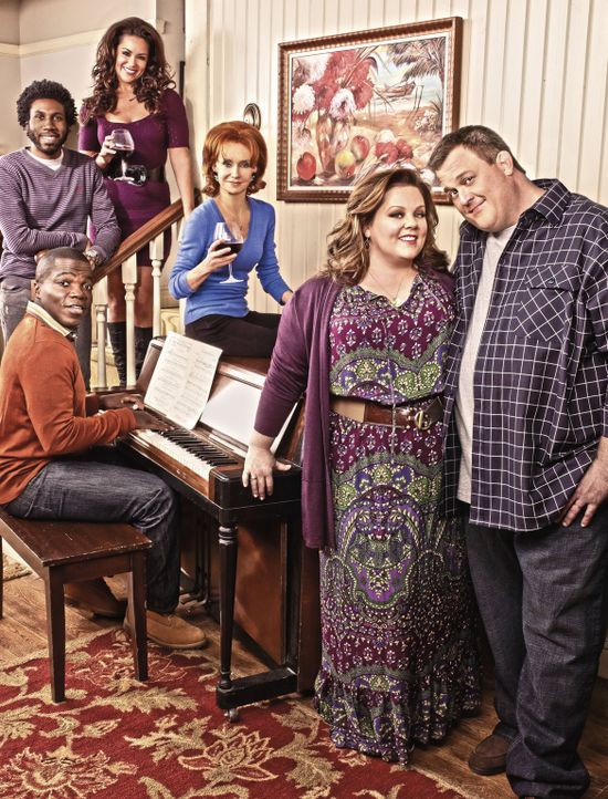 (6. Staffel) - MIKE & MOLLY: Samuel (Nyambi Nyambi, hinten l.), Carl (Reno Wilson, M.l.), Mike (Billy Gardell, vorne r.), Molly (Melissa McCarthy, v... - Bildquelle: Warner Brothers