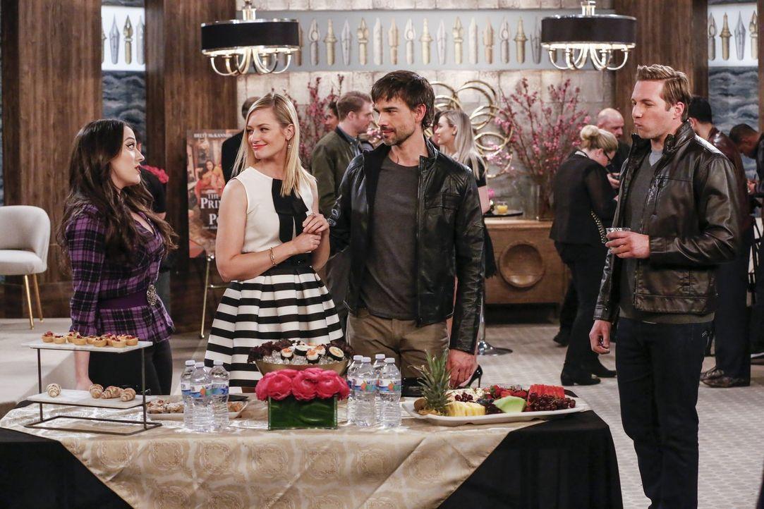 Eigentlich wollten Max (Kat Dennings, l.) und Caroline (Beth Behrs, 2.vl.) nur den Film über Carolines Leben promoten, doch dann treffen sie bei der... - Bildquelle: Warner Bros. Television