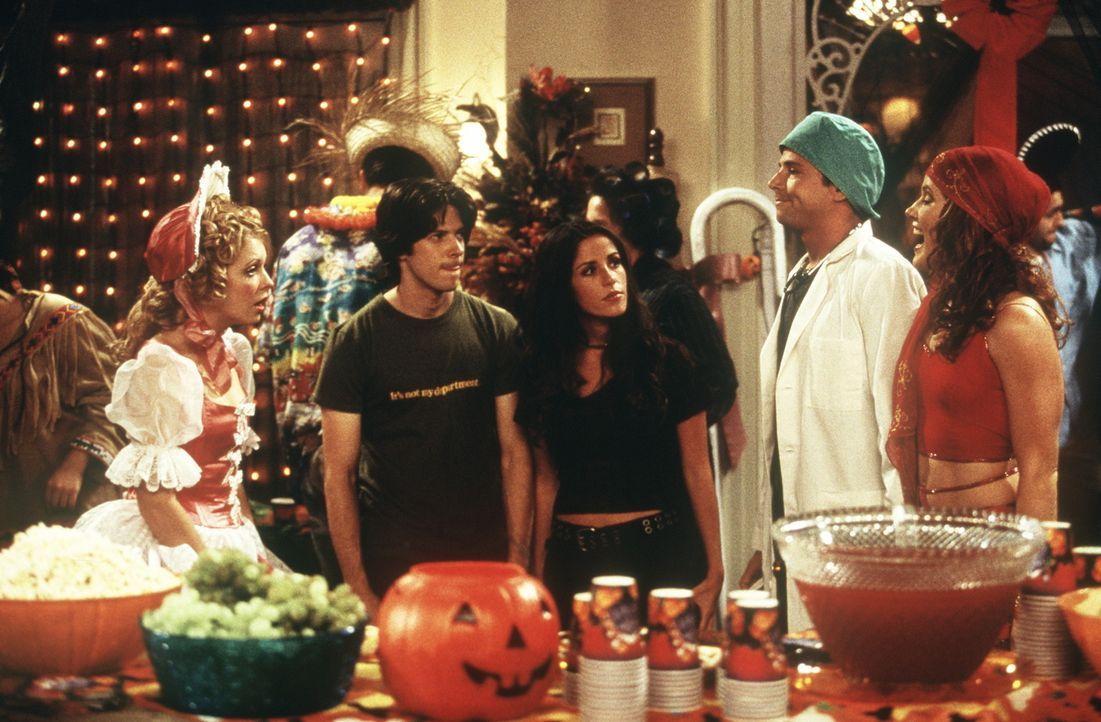 Sabrina (Melissa Joan Hart, l.), Miles (Trevor Lissauer, 2.v.l.), Roxie (Soleil Moon Frye, M.) und Morgan (Elisa Donovan, r.) feiern eine Halloween-... - Bildquelle: Paramount Pictures