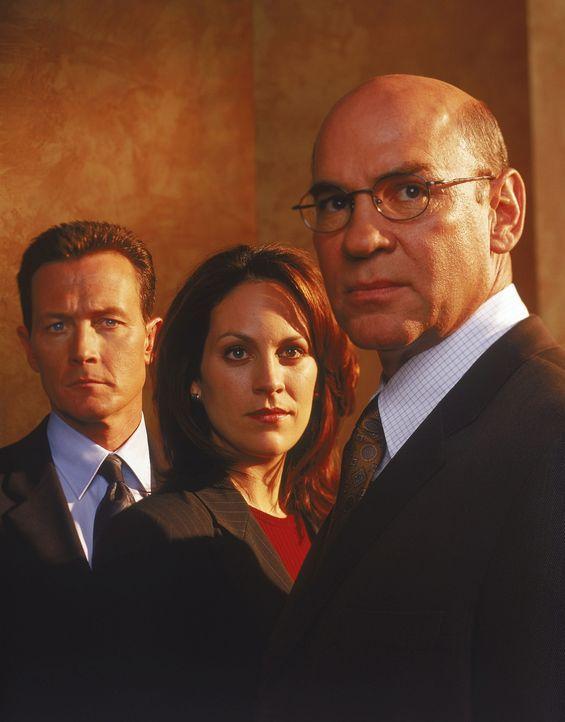 (9. Staffel) - John Doggetts (Robert Patrick, l.) und Monica Reyes' (Annabeth Gish, M.) schwerster Fall führt die Agenten auf die Spur einer neuen V... - Bildquelle: TM +   Twentieth Century Fox Film Corporation. All Rights Reserved.