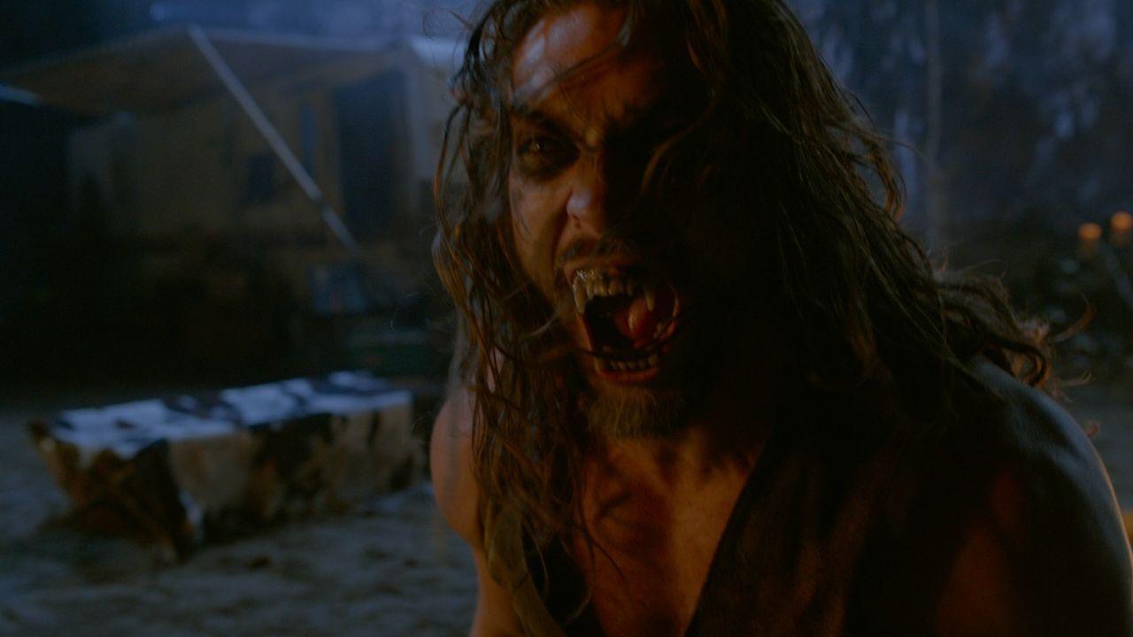Alpha Connor (Jason Momoa) ist nicht erfreut über den Neuankömmling in seiner Stadt, vor allem nicht, als dieser sich an Connors Auserwählt heranmac... - Bildquelle: SQUAREONE ENTERTAINMENT GMBH