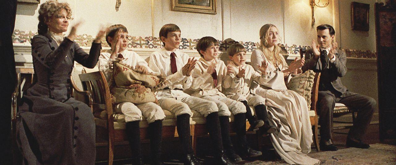 Mit Freude und voller Emotionen sehen sich Sylvia (Kate Winslet, 2.v.r.) und ihre Söhne George (Nick Roud, 3.v.l.), Jack (Joe Prospero, 2.v.l.), Pe... - Bildquelle: Miramax Films. All rights reserved