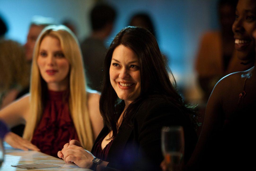 Jane (Brooke Elliott, r.) und Stacy (April Bowlby, l.) streiten sich vorübergehend, weil Jane es ablehnt, sich durch harte Diät und viel Sport in... - Bildquelle: 2009 Sony Pictures Television Inc. All Rights Reserved.