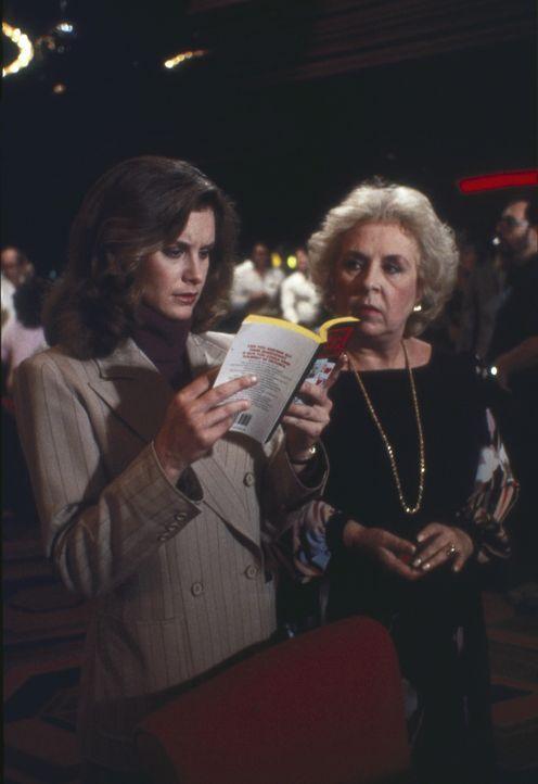 (3.Staffel) -  Laura (Stephanie Zimbalist, l.) findet raus, dass Remington für einen Freund ein falsches Spiel spielt. Zusammen mit Mildred (Doris R... - Bildquelle: Motion Picture   1985 MTM PRODUCTIONS.    2001 Twentieth Century Fox Film Corporation. All rights reserved.