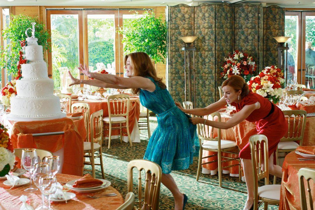 Als Katherine (Dana Delany, l.) bemerkt, dass Bree (Marcia Cross, r.) die Idee ihrer Hochzeitstorte geklaut hat, kommt es zu einem handfesten Streit... - Bildquelle: ABC Studios