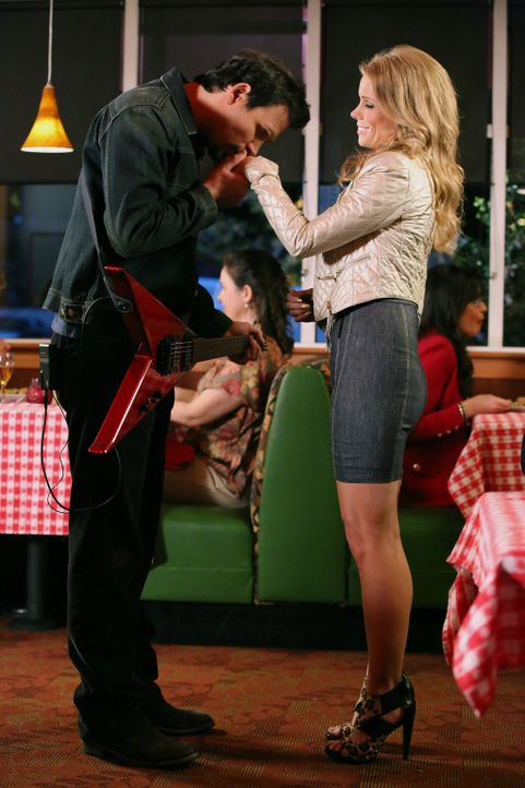 Während Noah versucht, Carmen zu beeindrucken, vergisst George (Jeremy Sisto, l.) das Geburtstagsgeschenk von Dallas (Cheryl Hines, r.) im Restauran... - Bildquelle: Warner Brothers
