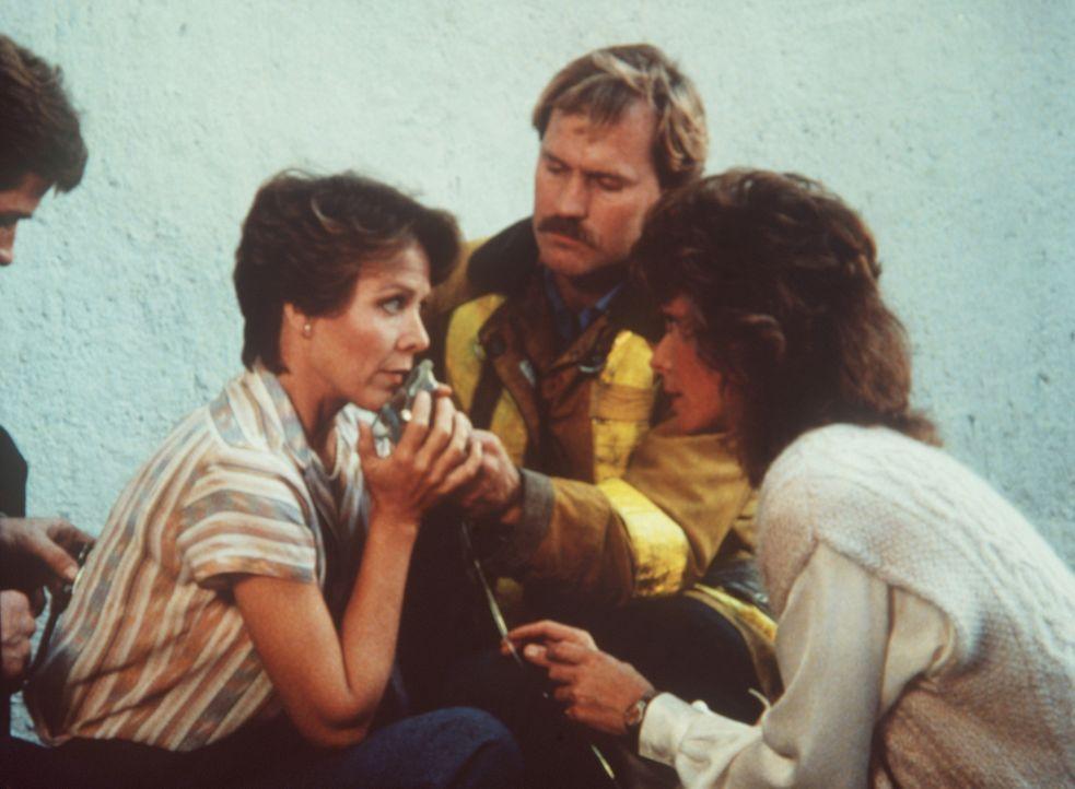 Amanda (Kate Jackson, r.) gelingt es, Agnes (Dorothy Fielding, l.) aus den Flammen zu retten ...