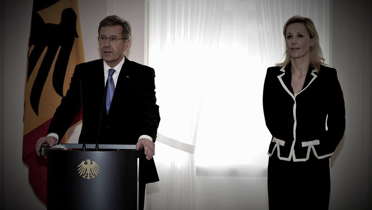 Die größten Skandale: Bestechungsvorwürfe zwingen Christian Wulff (l.) und seine Frau Bettina (r.), aus dem Schloss Bellevue auszuziehen ... - Bildquelle: kabel eins
