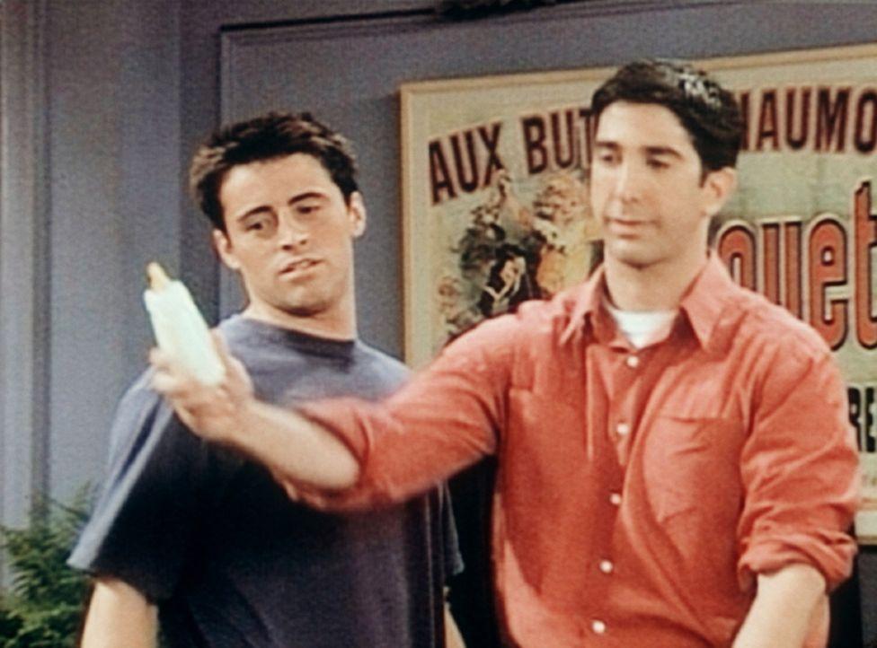 Joey (Matt LeBlanc, l.) will Ross (David Schwimmer, r.) dazu bringen, von der Muttermilch zu kosten. - Bildquelle: TM+  2000 WARNER BROS.
