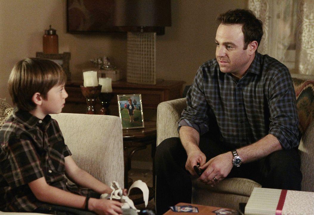 Während Mason (Griffin Gluck, l.) erfährt, dass Cooper (Paul Adelstein, r.) sein Vater ist, steht Amelia im Konflikt mit sich selbst ... - Bildquelle: ABC Studios