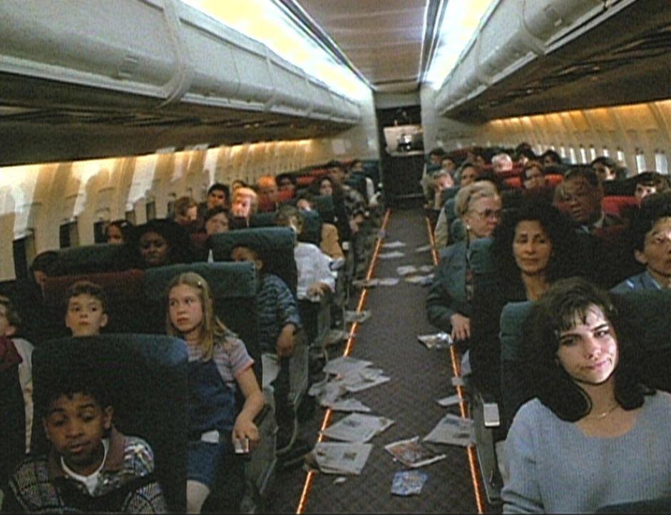 Die Passagiere des Fluges Quest 19 sind mit den Nerven am Ende. Wird das riskante Manöver, den Frachtraum des Flugzeugs in der Luft mit Wasser zu f...