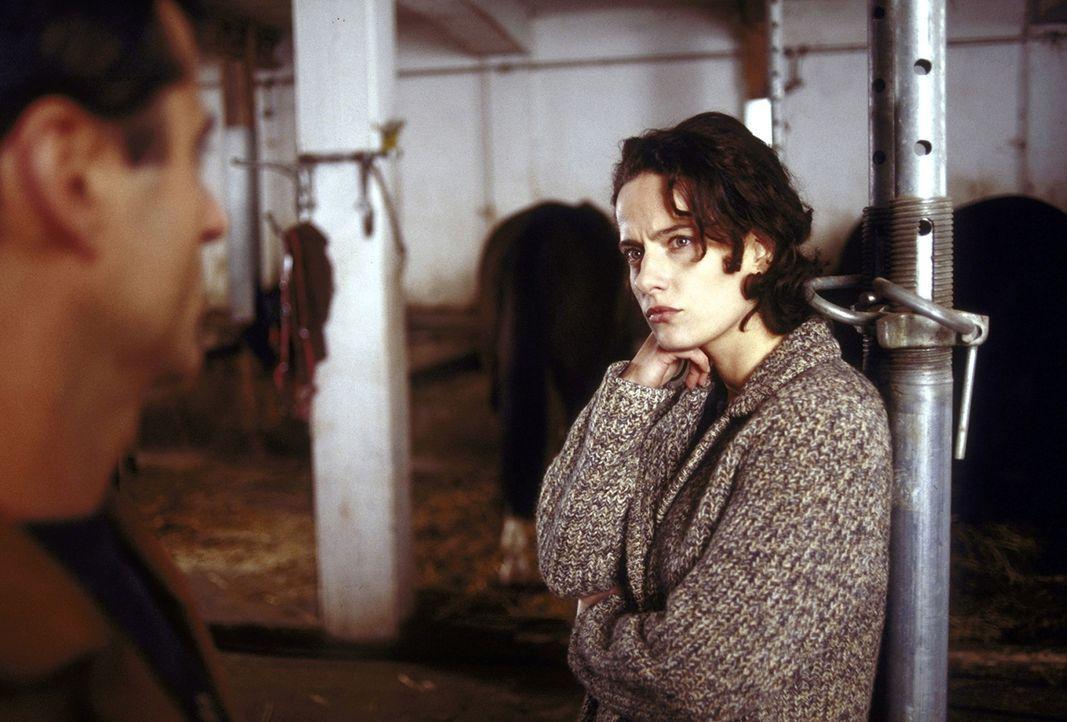 Um auf andere Gedanken zu kommen, beginnt Anna (Claudia Michelsen, r.) mit einem Reitkurs. Bereist nach kurzer Zeit fasst sie Vertrauen zu dem Stall... - Bildquelle: Frank Lemm ProSieben