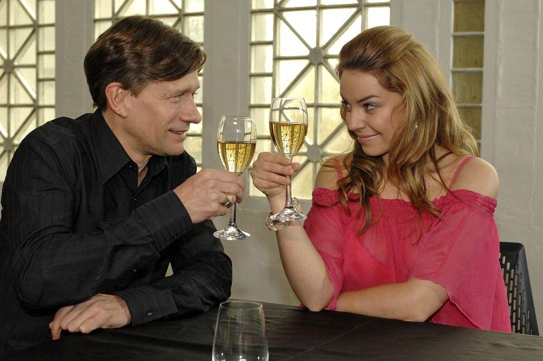 Ken Wood (Stefan Baumecker, l.) macht Katja (Karolina Lodyga, r.) ein verlockendes Angebot. - Bildquelle: Oliver Ziebe Sat.1