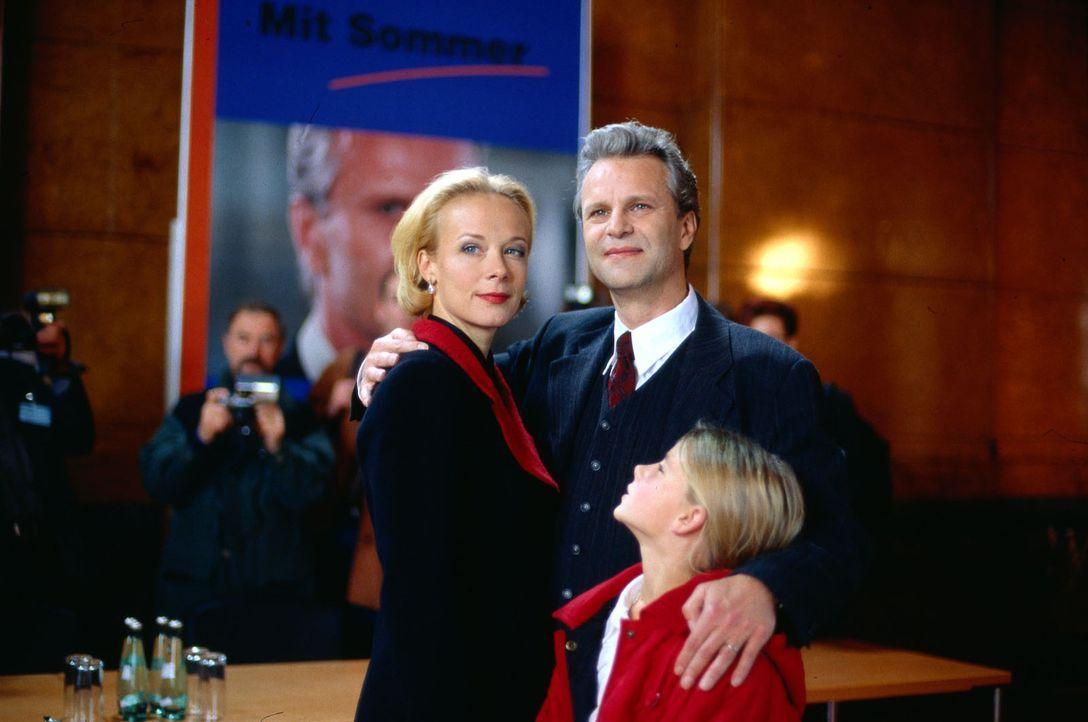 Der gefeierte Spitzenkandidat Peter Sommer (Peter Sattmann, M.) stellt sich mit seiner Frau Franziska (Katja Riemann, l.) und seiner Tochter Katja (... - Bildquelle: Thorsten Jander Sat.1