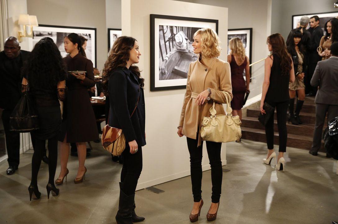 Während Caroline (Beth Behrs, r.) sich auf der Vernissage an frühere Zeiten erinnert, eröffnet die neuste Bekanntschaft Max (Kat Dennings, l.) ganz... - Bildquelle: Warner Bros. Television