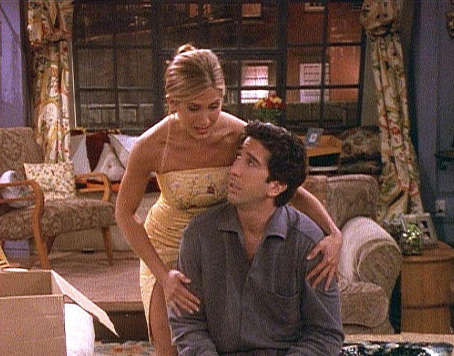 Ross (David Schwimmer, r.) ist verwirrt: Seine Frau bleibt verschwunden, und Rachel (Jennifer Aniston, l.) ist bereit, ihn zu trösten. - Bildquelle: TM+  2000 WARNER BROS.