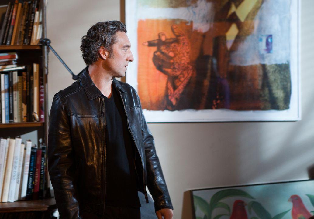 Während Chloé in einer Live-Radiosendung angeblich Zeugin häuslicher Gewalt wird, steht Hoffman (Laurent Hennequin) immer noch zwischen zwei Frauen... - Bildquelle: Jaïr Sfez 2012 BEAUBOURG AUDIOVISUEL