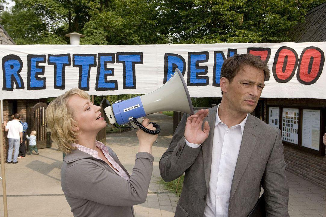 Sonja (Floriane Daniel, l.) will sich nicht in ihr Schicksal ergeben und initiiert eine Unterschriftensammlung für den Zoo. Mark (Jan Sosniok, r.),... - Bildquelle: Thomas Kost Sat.1
