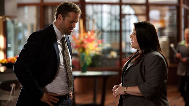 Jane (Brooke Elliott, r.) hat wieder einmal Ärger an allen Fronten. Nicht nur...