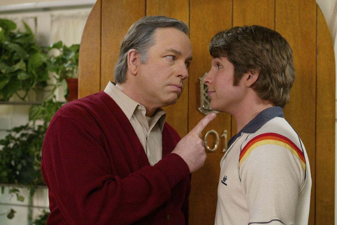 Paul (John Ritter, l.) wird von seinen spießbürgerlichen Ängsten und seinen Rachegedanken an Kyle (Billy Aaron Brown, r.), bis in seine Träume v... - Bildquelle: ABC, Inc.