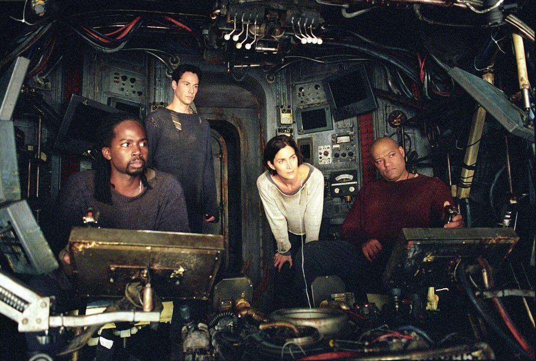 Kehren in die Matrix zurück, um den Feind direkt bekämpfen zu können: (v.l.n.r.) Link (Harold Perrineau jr.), Neo (Keanu Reeves), Trinity (Carrie... - Bildquelle: Warner Bros.