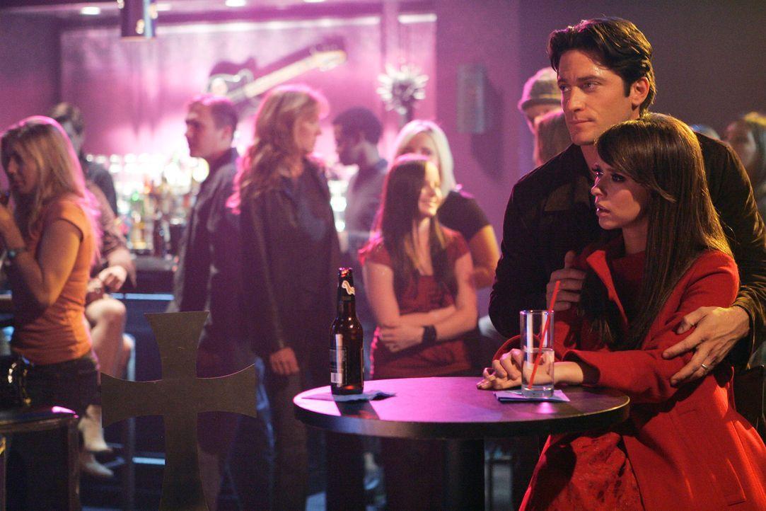 Bei einem Konzert treten seltsame Störungen auf: Melinda (Jennifer Love Hewitt, r.) und Jim (David Conrad, 2.v.r.) wissen nicht, womit das zusammenh... - Bildquelle: ABC Studios
