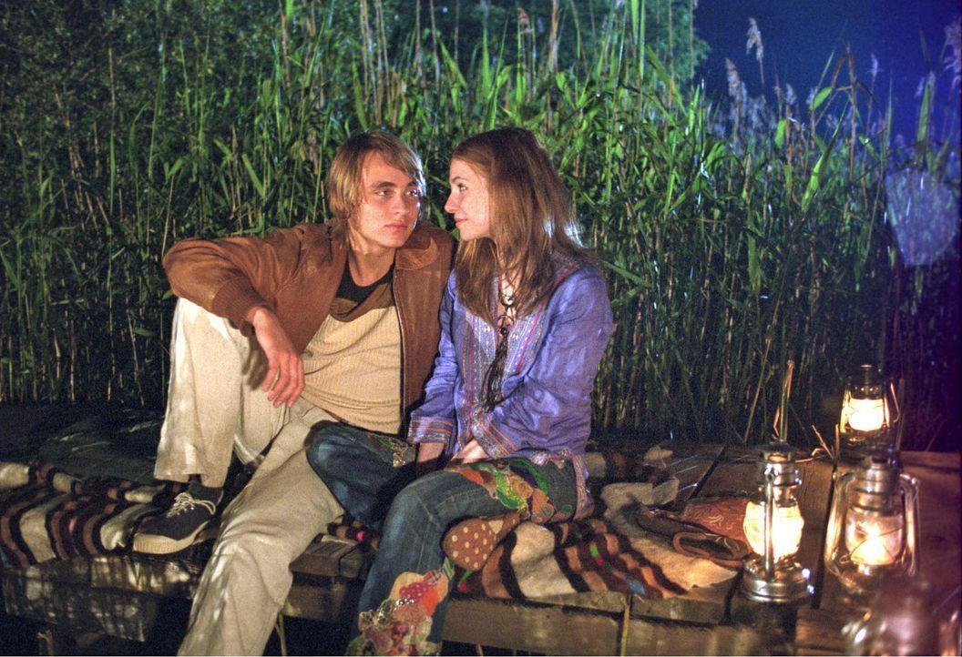 Jennys Plan scheint aufzugehen: Frank (Constantin von Jascheroff, l.) und Alexandra (Josefine Preuß, r.) kommen sich in der romantischen Sommernacht... - Bildquelle: Aki Pfeiffer Sat.1