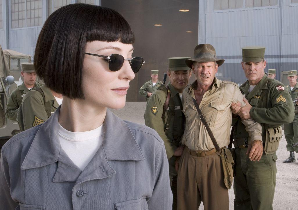 1957 in der Wüste Nevadas, der Kalte Krieg ist in vollem Gange und Indiana Jones (Harrison Ford, 2.v.r.) ist den Russen in die Hände gefallen. Indy... - Bildquelle: David James & TM 2008 Lucasfilm Ltd. All Rights Reserved.