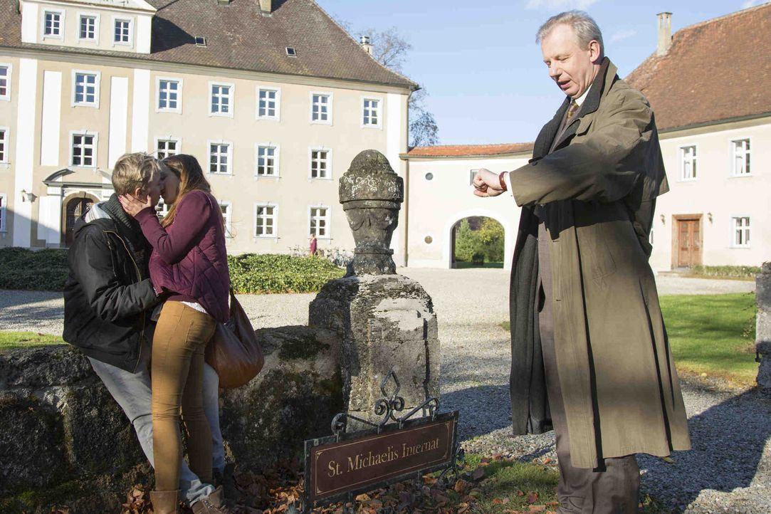 Herr Eigner (Ludger Pistor, r.) versucht alles, um sein Internat und seine Schüler vor übernatürlichen Kräften zu beschützen. Wird er damit wirklich... - Bildquelle: Dominik Hatt sixx