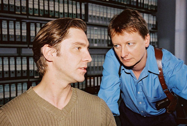 Christian Böck (Heinz Weixelbraun, r.) befragt den Kassierer der Privat-Bank, Hans Czermak (Nicki von Tempelhoff, l.), zur Identität des maskierte... - Bildquelle: Sat.1