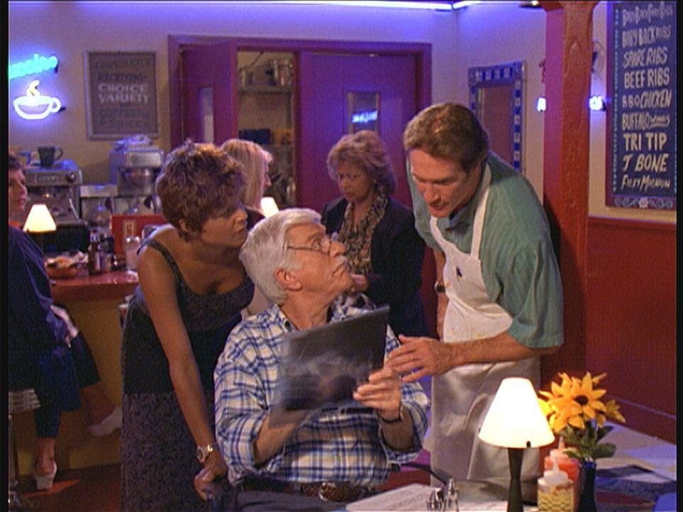 Mark (Dick Van Dyke, 2.v.r.) zeigt Amanda (Victoria Rowell, l.) und Steve (Barry Van Dyke, r.) Röntgenbilder von Susan. Sie muss bei einem Unfall sc... - Bildquelle: Viacom