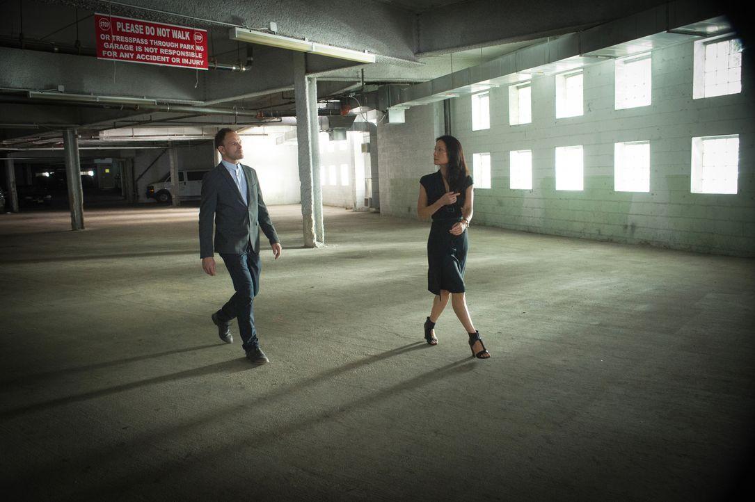 Sherlock (Jonny Lee Miller, l.) und Watson (Lucy Liu, r.) unter Druck: Gang-Anführer El Halcoln stellt sie vor ein Ultimatum: Sie haben noch zwei Ta... - Bildquelle: Jeff Neira 2016 CBS Broadcasting, Inc. All Rights Reserved