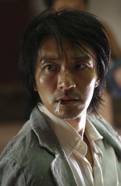 """Eines Tages gerät der junge Aufschneider Sing (Stephen Chow) mitten in der friedlichen Wohnsiedlung """"Residenz Schweinstall"""" in eine Prügelei mit d... - Bildquelle: 2004 Columbia Pictures Film Production Asia Limited. All Rights Reserved."""