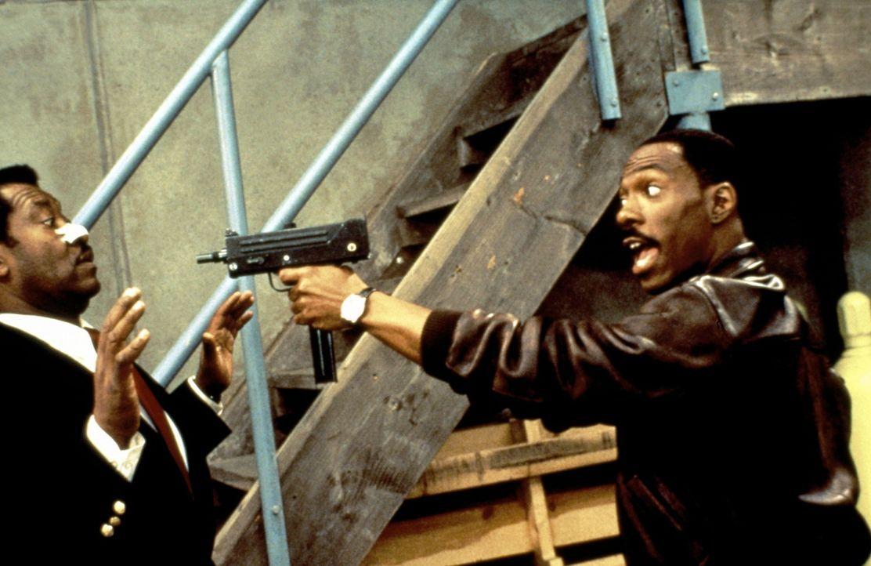 Hinter den Kulissen von Wonder World spielen die Sicherheitsbeamten ein falsches Spiel. Axel (Eddie Murphy, r.) vermutet, dass sie irgendwo in dem F... - Bildquelle: Paramount Pictures