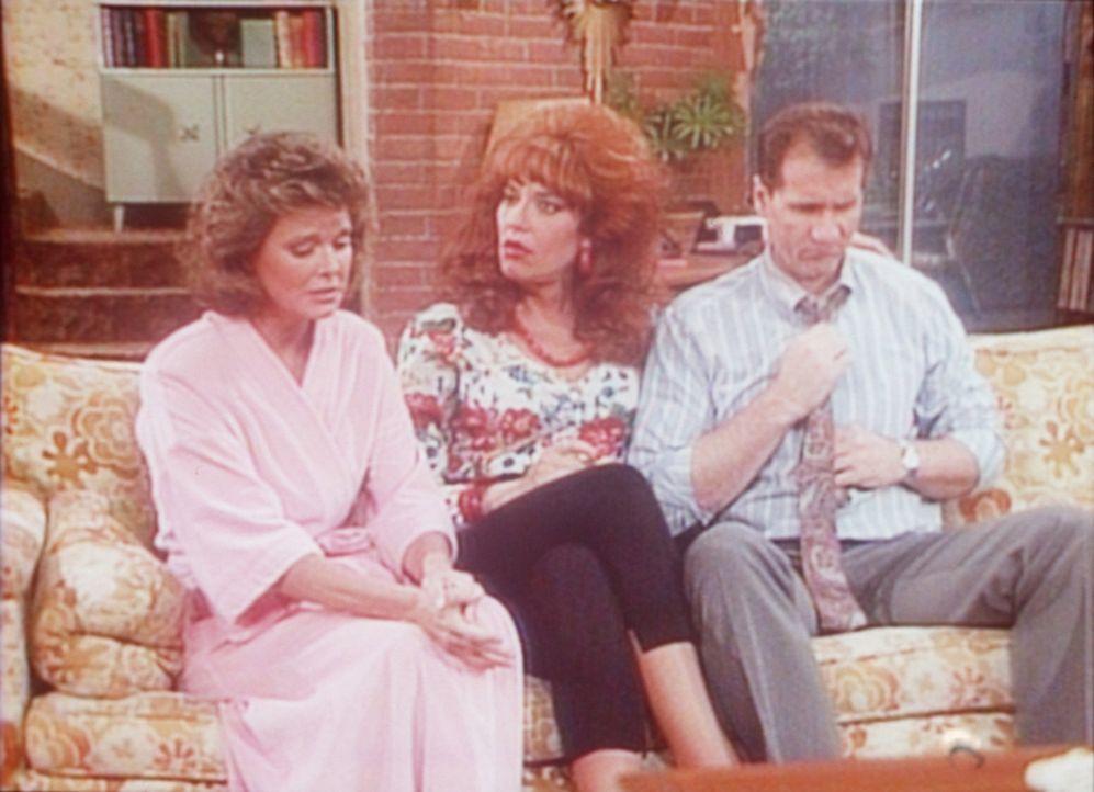 Bestürzt erzählt Marcy (Amanda Bearse, l.) Peggy (Katey Sagal, M.) und Al (Ed O'Neill, r.), dass ein Voyeur die Nachbarschaft unsicher macht. - Bildquelle: Columbia Pictures