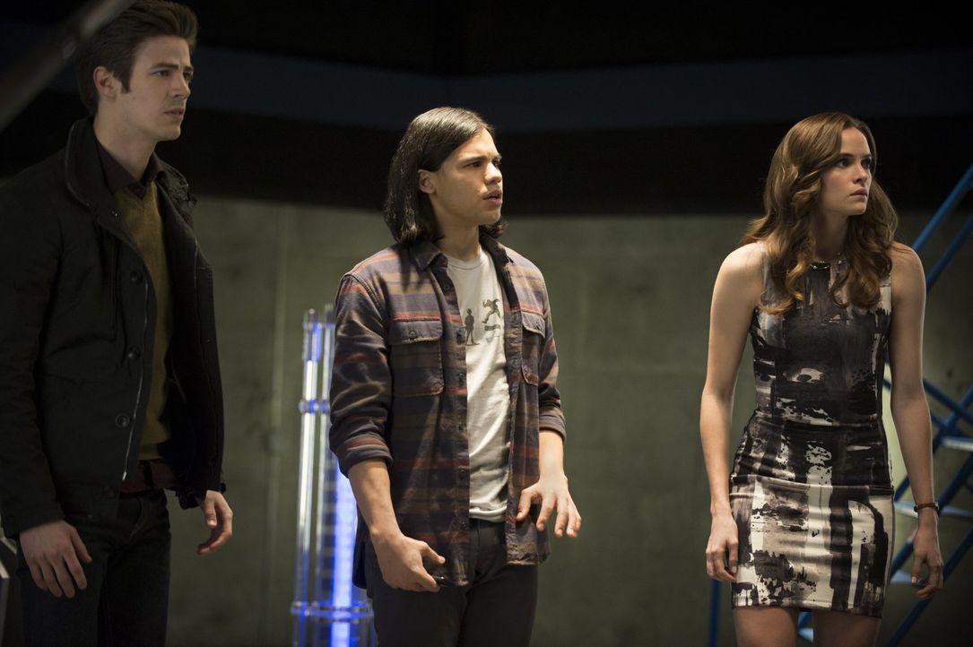 Barry (Grant Gustin, l.), Cisco (Carlos Valdes, M.) und Caitlin (Danielle Panabaker, r.) wollen dem Reverse Flash eine Falle stellen, doch haben sie... - Bildquelle: Warner Brothers.