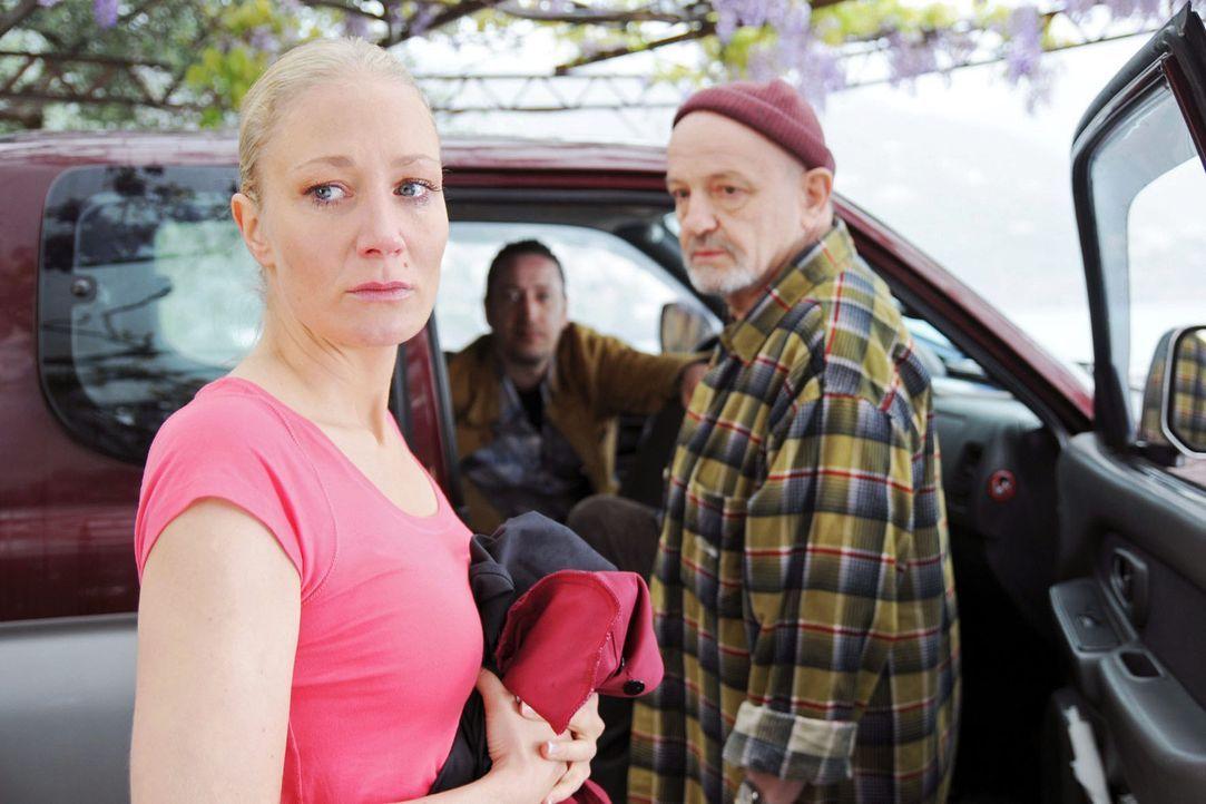 Reginas (Janine Kunze, l.) Vater (Walter Gontermann, r.) und Klaus (Mario Irrek, M.) sind an die Amalfiküste gekommen, um sie abzuholen. - Bildquelle: Aki Pfeiffer Sat.1
