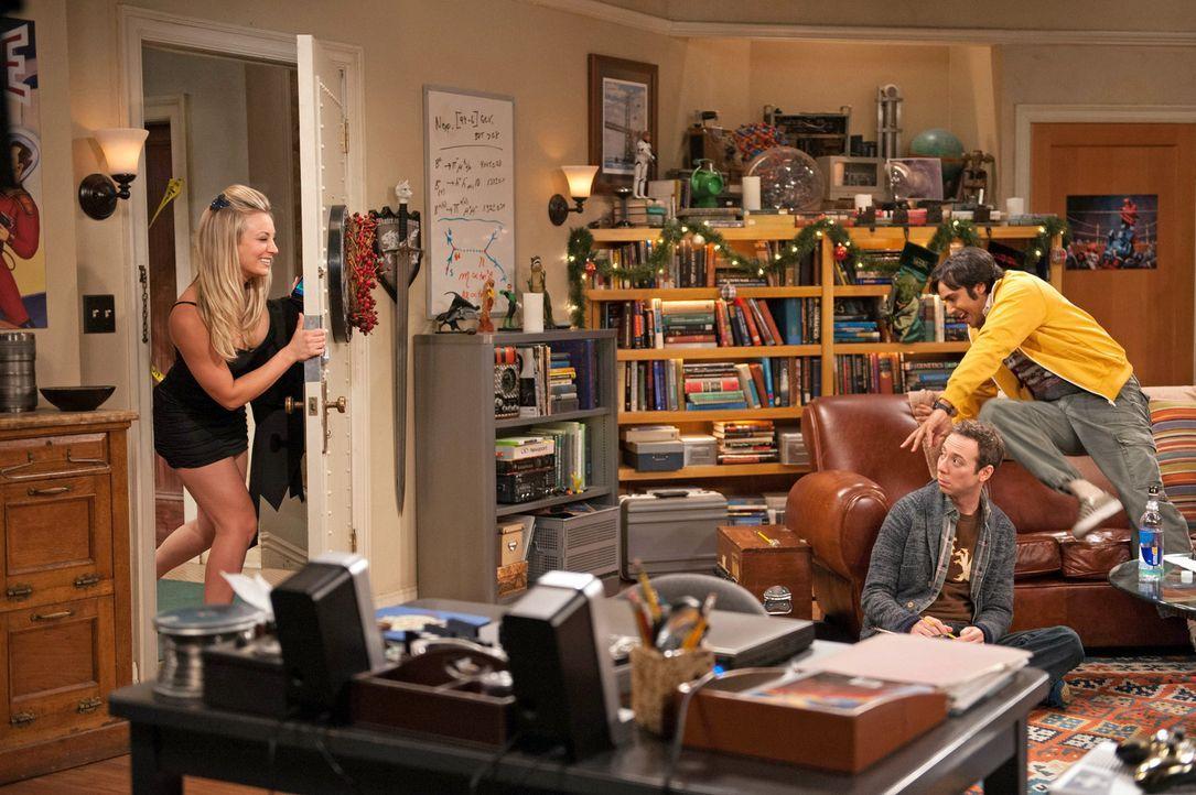 Als Raj (Kunal Nayyar, r.) mitbekommt, dass Penny (Kaley Cuoco, l.), Amy und Bernadette ausgehen, verlässt er die Männerrunde um Stuart (Kevin Sussm... - Bildquelle: Warner Bros. Television