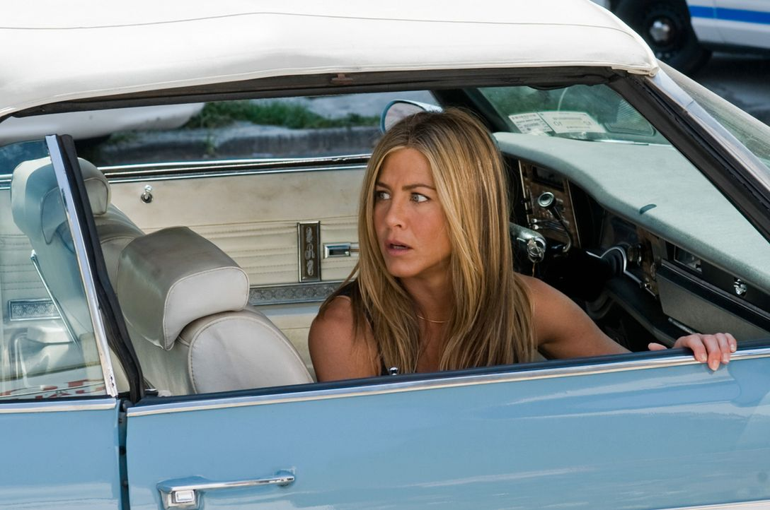 Die Enthüllungsjournalistin Nicole Hurly (Jennifer Aniston) verfolgt gerade eine Heiße Spur in einem Mordfall, als ihr Ex, der Kautions-Cop Milo ver... - Bildquelle: 2010 Columbia Pictures Industries, Inc. and Beverly Blvd LLC. All Rights Reserved.