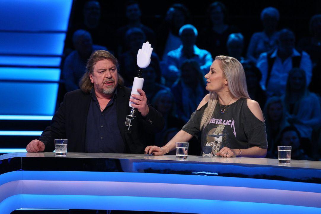 Der etwas andere Händedruck. Armin Rohde (l.) und Janine Kunze (r.) sind mehr als verwirrt, als sie ein skurriles Handgebilde vorgelegt bekommen. Wo... - Bildquelle: Guido Ohlenbostel SAT.1